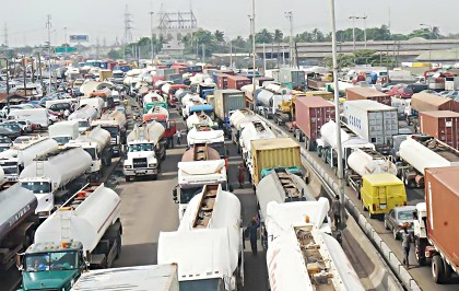 Apapa/Oshodi Gridlock: Area 'B' Command policemen, LASTMA abandon duty post as commuters suffer