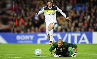 Chelsea's Spanish forward Fernando Torres (up) vies for the ball with Barcelona's goalkeeper Victor Valdes before scoring during the UEFA Champions League second leg semi-final football match Barcelona against Chelsea at the Cam Nou stadium in Barcelona on April 24, 2012.  AFP PHOTO