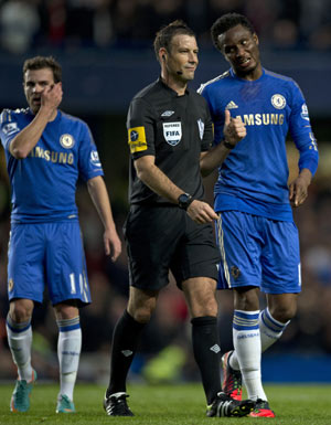 Chelsea's Nigerian midfielder John Obi Mikel (R) talks with Referee Mark Clattenburg during the English Premier League football match between Chelsea and Manchester United at Stamford Bridge in London, on October 28, 2012. AFP PHOTO