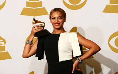 Beyonce posing with her grammy
