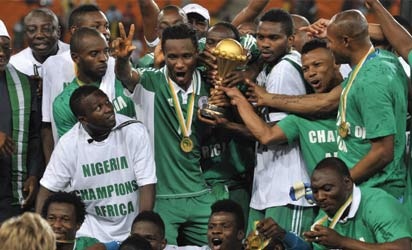 Nigeria's national football team players hold the trophy as they celebrate winning the 2013 African Cup of Nations final against Burkina Faso on February 10, 2013 at Soccer City stadium in Johannesburg.     AFP PHOTO