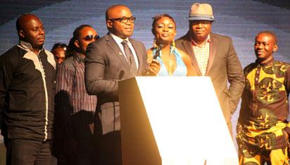 *Obi Emelanyo making acceptance speech after receiving his award