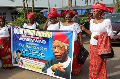 Women Wing of Ogidi Union during the airport reception for the Late Playwright, Prof Chinua Achebe at the Private Wing, Nnamdi Azikiwe International Airport, Abuja, yesterday. Photo: Abayomi Adeshida.
