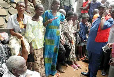 *Sranded persons numbering about 70 allegedly dumped at the upper axis of Onitsha, Anambra State at about 3:20 a.m. by unknown persons, yesterday. PHOTO: NAN. lSee story on page 14.