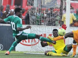 IVORY COAST, Abidjan : Ivory Coast's forward Koelly Kevin Zougoula (R) vies for the ball with Nigeria's goalkeeper Chigozie Agbim (C) and Solomon Kwambe (L) during the 2014 African Nations Championship (CHAN) qualifying football match between Ivory Coast and Nigeria on July 27, 2013 at the Robert-Champroux Stadium in Abidjan. Ivory Coast defeated Nigeria 2 - 0. AFP PHOTO