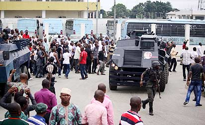 APC and Police officers at the entrance of the Rivers State government house Wednesday  to dispel Pro-Amaechi youths as the Rivers State House of Assembly Crisis witness Day two in Port Harcourt. Photo: Nwankpa Chijioke