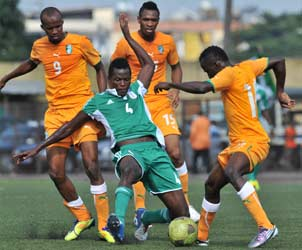 RESILIENCE: Super Eagles Oladapo Olufemi (C) vies for the ball with Ivory Coast's players during the 2014 African Nations Championship (CHAN) qualifying match on July 27, 2013 at the Robert-Champroux Stadium in Abidjan. Ivory Coast defeated Nigeria 2 - 0.  Nigeria qualify on 4-3 aggregate. PHOTO AFP