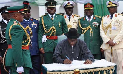 INDEPENDENCE—President Goodluck Jonathan (6th right) flanked by Vice-President Namadi Sambo (7th right); former Head of State, General Yakubu Gowon (5th right); Senate President David Mark (9th right); former Head of Interim National Government, Chief Ernest Shonekan (8th right) and service chiefs, cutting the 53rd Independence Anniversary Cake at the Presidential Villa, Abuja