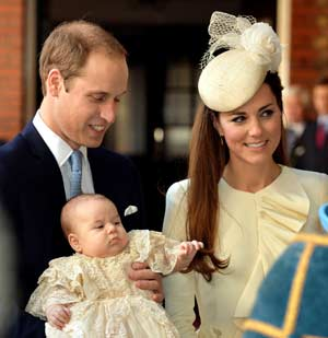 Britain's Prince William, Duke of Cambridge and his wife Catherine, Duchess of Cambridge, arrive with their son Prince George of Cambridge at Chapel Royal in St James's Palace in central London on October 23, 2013, ahead of the christening of the three month-old prince. AFP PHOTO