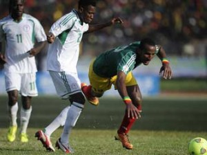 Nigeria's Ogu John (L) fights for the ball with Ethiopia's Adane Girma on October 13, 2013 during a 2014 World Cup qualifying match in Addis Ababa.    AFP PHOTO