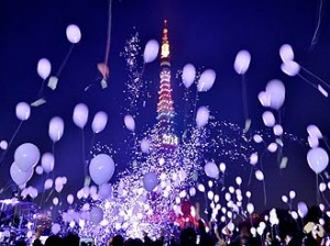 *People release balloons to celebrate the New Year during an annual countdown ceremony in Tokyo on January 1, 2014. Some 2,000 balloons were released in the air, carrying with the visitors' wishes. AFP PHOTO/