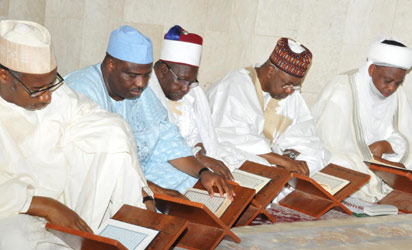 Sultan, others praying