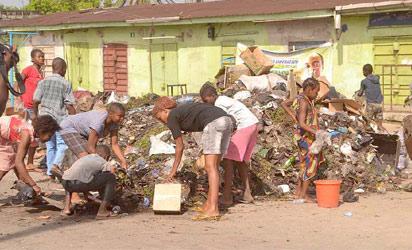 Effurun market women sweeping during the sanitation