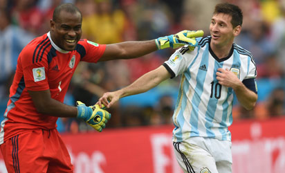 BRAZIL, Pôrto Alegre : Argentina's forward Lionel Messi (R) and Nigeria's goalkeeper Vincent Enyeama smile during a Group F football match between Nigeria and Argentina at the Beira-Rio Stadium in Porto Alegre during the 2014 FIFA World Cup on June 25, 2014. AFP PHOTO