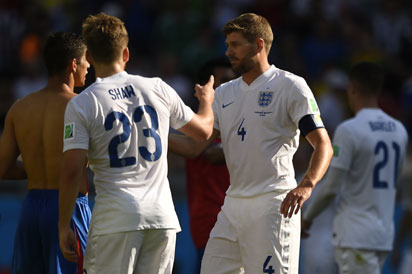 England's midfielder and captain Steven Gerrard (R) shakes hands as England's defender Luke Shaw (C) looks on after the Group D football match between Costa Rica and England at The Mineirao Stadium in Belo Horizonte on June 24, 2014,during the 2014 FIFA World Cup . AFP PHOTO / FABRICE COFFRINI
