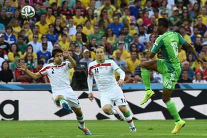 Iran's defender Khosro Heidari and Iran's midfielder Andranik Teymourian (C) fights for the ball with Nigeria's midfielder John Obi Mikel (R) during a Group F football match between Iran and Nigeria at the Baixada Arena in Curitiba at the 2014 FIFA World Cup on June 16, 2014. AFP PHOTO / JEWEL SAMAD