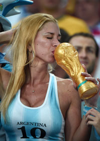 Argentina's fan kisses a fake trophy before for the Group F football match between Argentina and Bosnia-Hercegovina at the Maracana Stadium in Rio De Janeiro during the 2014 FIFA World Cup on June 15, 2014.   AFP PHOTO / DAMIEN MEYER