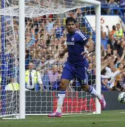 Chelsea's Brazilian-born Spanish striker Diego Costa (L) scores his third goal during the English Premier League football match between Chelsea and Swansea City at Stamford Bridge in London on September 13, 2014. AFP PHOTO
