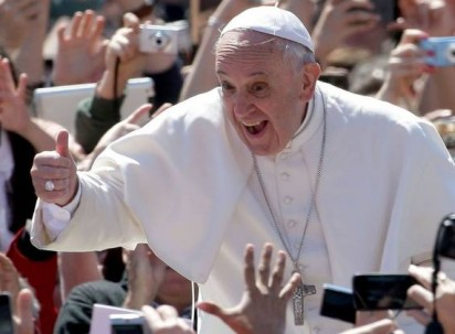 Pope, on trip to Panama, says fear of migrants makes people insane