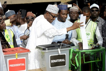 """Main opposition All Progressives Congress (APC) presidential candidate Mohammadu Buhari casts his ballot at a polling station in the """"Gidan Niyam Sakin Yara A ward"""" at Daura in Katsina State on March 28, 2015.   Voting began in Nigeria's general election but delays were reported countrywide because of technical problems in accrediting electors.  AFP PHOTO"""