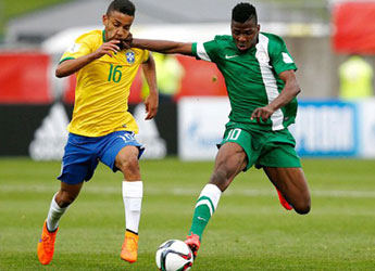 Kelechi Iheanacho (r) controls the ball during the 6-goal thriller against Brazil.