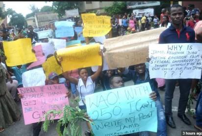 http://www.vanguardngr.com/wp-content/uploads/2015/07/UNILAG-protest-e1437599843968.jpg