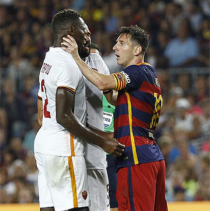 AS Roma's French defender Mapou Yanga-Mbiwa (L) argues with Barcelona's Argentinian forward Lionel Messi (R) during the 50th Joan Gamper Trophy football match FC Barcelona vs AS Roma at the Camp Nou stadium in Barcelona on August 5, 2015.  AFP PHOTO / QUIQUE GARCIA