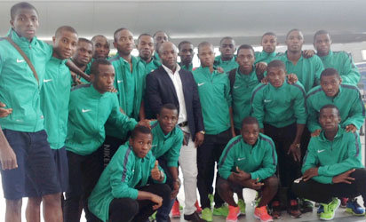 Coach Emmanuel Amuneke (m) in a group photogrph with the Golden Eaglets on arrival in Santiago.