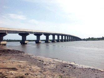 Ibeno Bridge. Below: