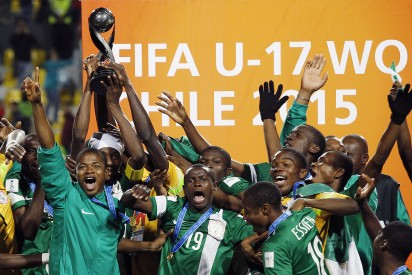 Nigeria's players celebrate with the FIFA U-17 World Cup Chile 2015 trophy, at Sausalito stadium in Vina del Mar, on November 8, 2015. Nigeria defeated Mali 2-0. AFP PHOTO