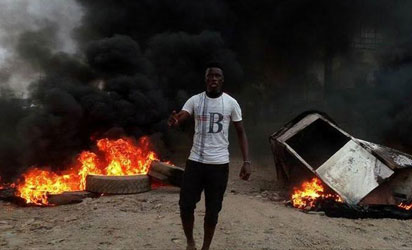 Pro-Biafra protesters mount road blocks and bonfires at Onitsha Head Bridge in Anambra State, yesterday. Photos: Vincent Ujumadu.