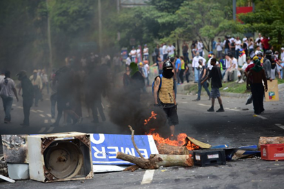 Venezuela troops attack protesters with rubber bullets, tear gas