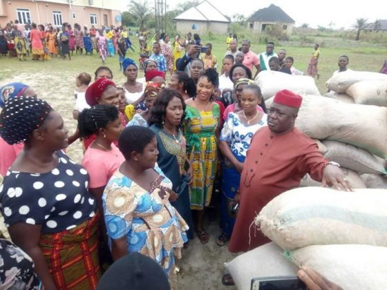 Askia presents groundnut seedlings to female farmers in Uzere