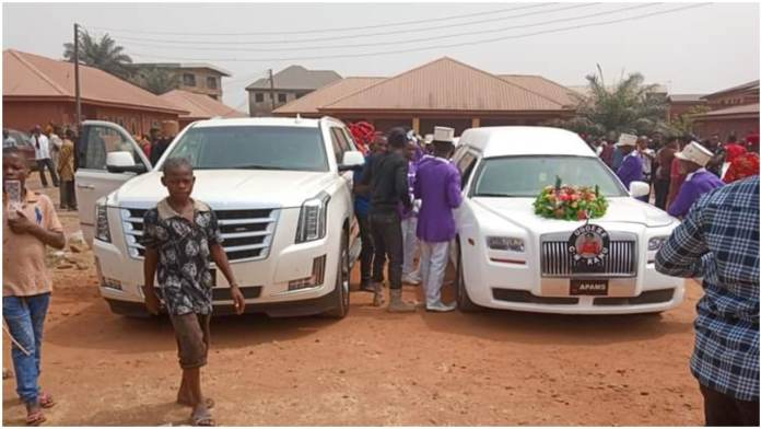 The corpse of Eze Isreal Kanu and his wife arriving the Umuahia North Council headquarters where he was received by the State Council of traditional rulers and other stakeholders.