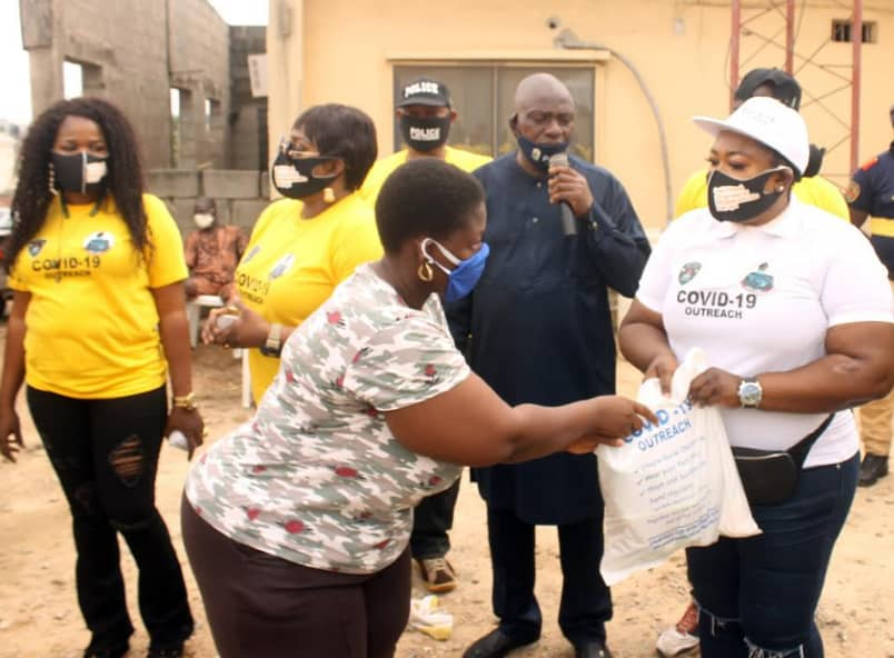 COVID-19:Police officer distributes palliatives to widows in Lagos communities