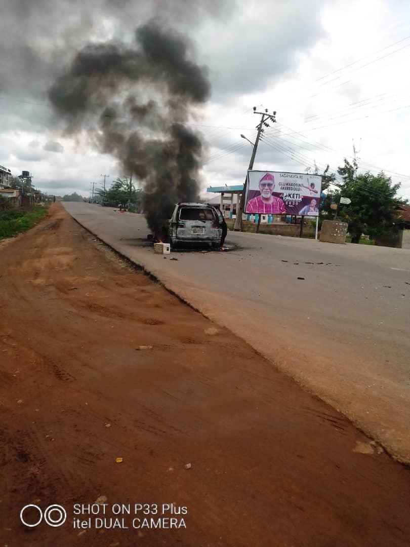 BREAKING: Political thugs attack convoys of gov Akeredolu, Jegede